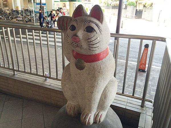 駅の招き猫